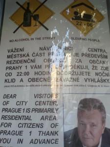 Plakáty upozorňující na noční klid v okolí Staroměstského náměstí. Foto: Irena Válová