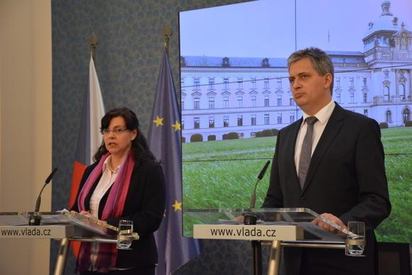 Ministryně Michaela Marksová po jednání vlády (vlevo) s Jiřím Dienstbierem Foto: archiv