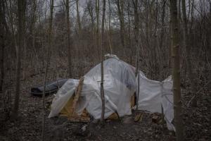 Místo nálezu narychlo skryté před zraky zvědavců. Foto: Le Monde