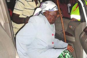 Stoletá vězenkyně opouští nairobskou káznici. Foto: Akorra.com