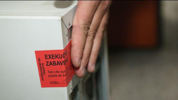 Na 158 exekutorských úřadů nyní zpracovává 4,5 milionu exekučních řízení  Reprofoto: ČT