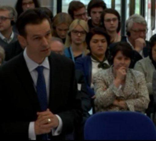 Zmocněnec českého státu Vít Schorm nabízí 19. října soudcům Evropského soudu pro lidská práva složku s tajnými informacemi, pokud se složka nedostane na veřejnost a k Václavu Regnerovi
