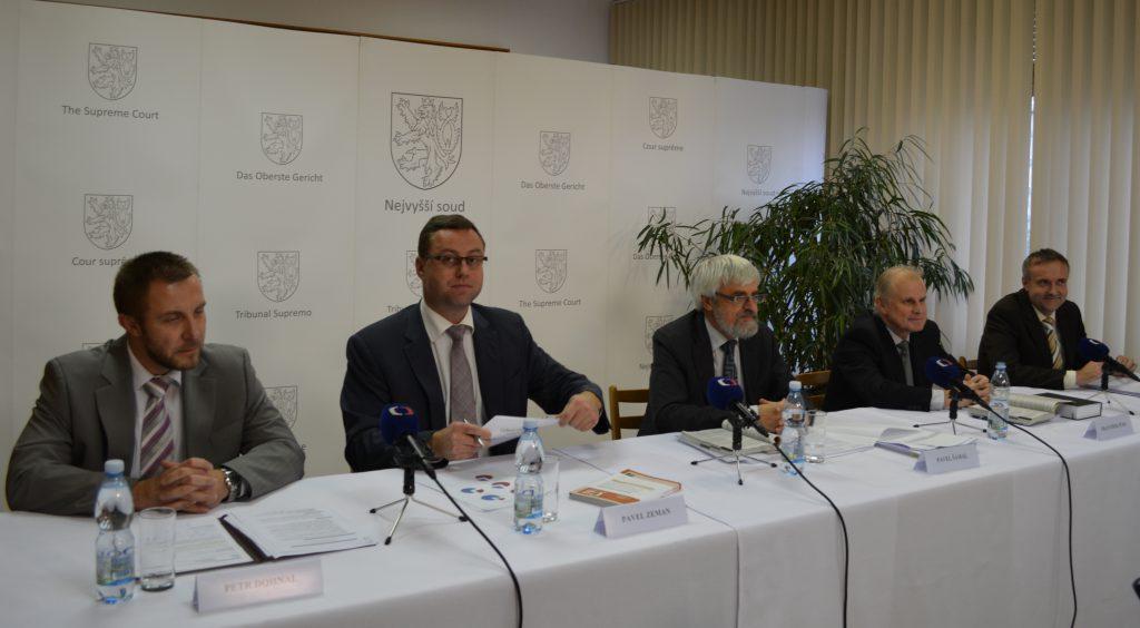 Více peněžitých trestů by podle generálního ředitele Petra Dohnala (zcela vlevo) uvítala i Vězeňská služba Foto: NS