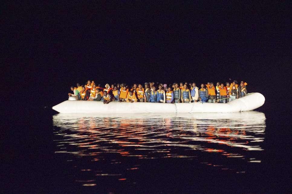 Výsledek obrázku pro foto Každý týden se v pondělí vydá na vratkých člunech na cestu do Evropy až 17000 lidí.