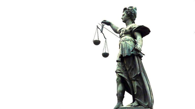 Může spravedlnost plakat, když má pásku přes oči?